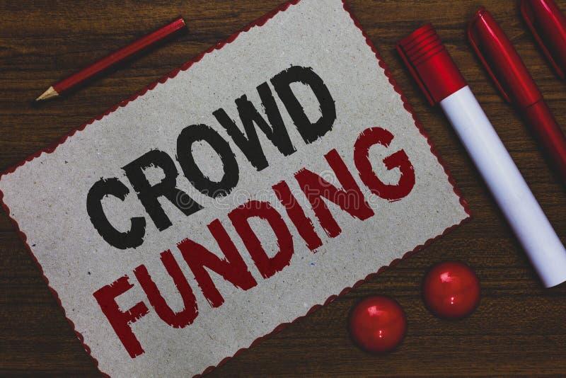 Escritura conceptual de la mano que muestra la financiación de la muchedumbre Donaciones de lanzamiento Fundraising de exhibición fotos de archivo