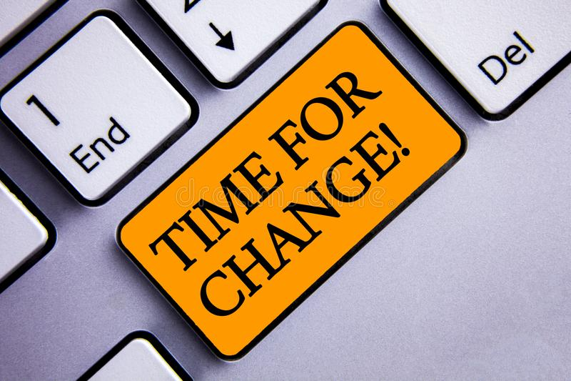 Escritura conceptual de la mano que muestra la hora para la llamada de motivación del cambio La transición del texto de la foto d imagen de archivo