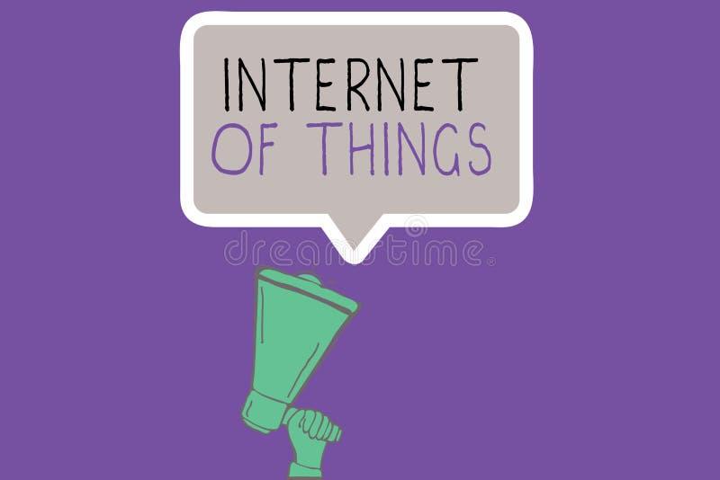 Escritura conceptual de la mano que muestra Internet de cosas La conexión de exhibición de la foto del negocio de dispositivos a  imagenes de archivo