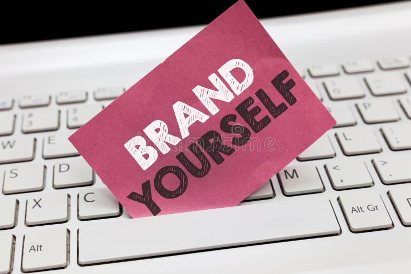 Escritura conceptual de la mano que muestra la marca usted mismo La exhibición de la foto del negocio desarrolla un producto pers fotos de archivo libres de regalías