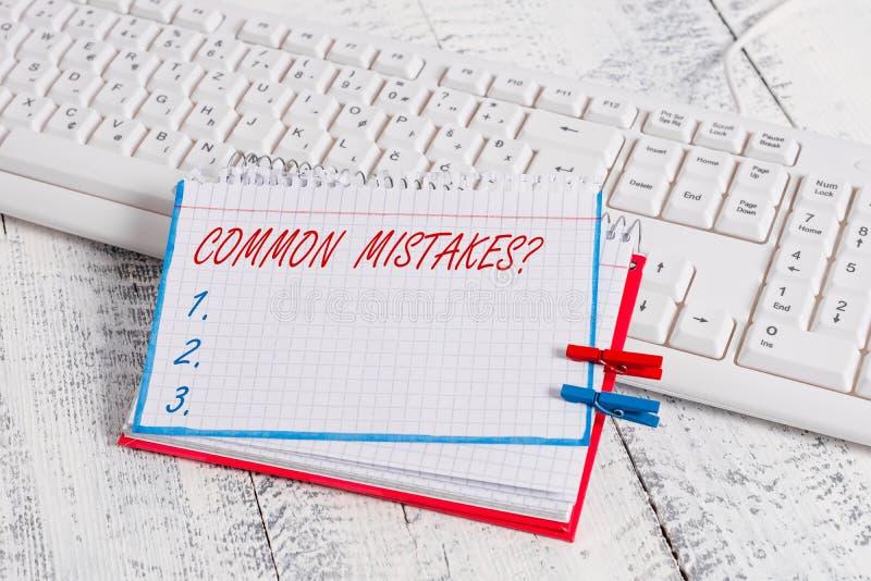 Escritura conceptual de la mano que muestra la pregunta de los errores comunes Acto o juicio de la repetici?n del texto de la fot foto de archivo