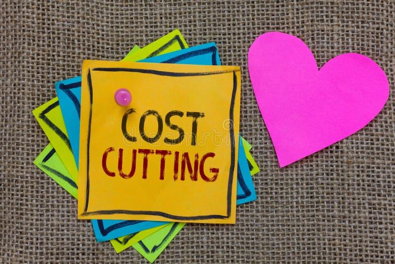 Escritura conceptual de la mano que muestra reducción de los costes Medidas del texto de la foto del negocio ejecutadas a los cos imagenes de archivo