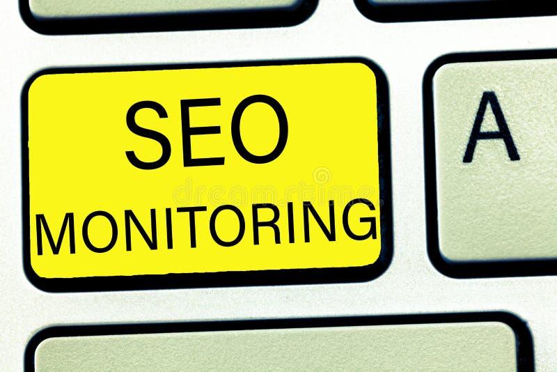 Escritura conceptual de la mano que muestra a Seo Monitoring Texto de la foto del negocio que sigue el progreso de la estrategia  imagen de archivo libre de regalías