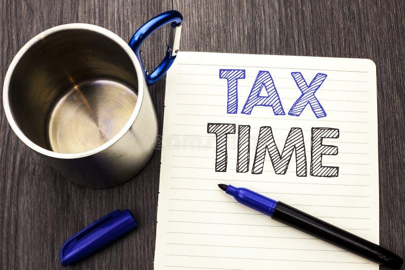 Escritura conceptual de la mano que muestra tiempo del impuesto Renta de exhibición Revenu del pago de la contabilidad de la paga imágenes de archivo libres de regalías