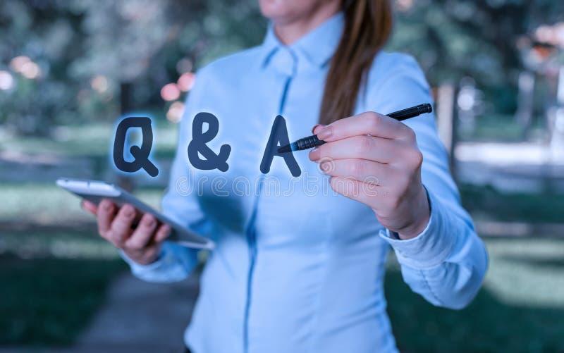 Escritura conceptual a mano mostrando Q y A. Texto de foto de negocios definido como preguntas y respuestas Mujer en una foto de archivo