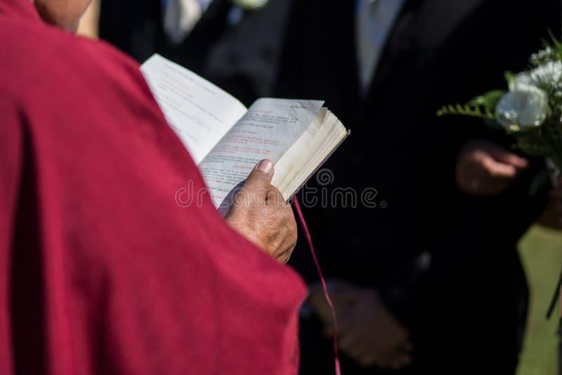 Escritura da Bíblia do casamento fotografia de stock