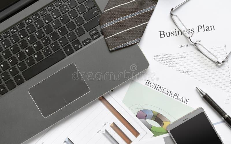 Escritura de concepto de la preparación del plan empresarial Aún-vida del negocio con el cuaderno del ordenador, el papel del pla fotos de archivo