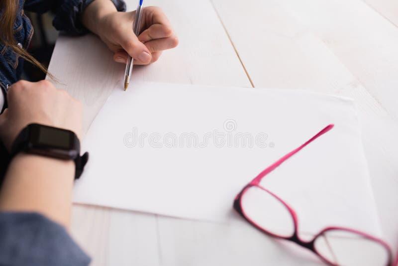 Escritura de la empresaria en la hoja de papel imágenes de archivo libres de regalías