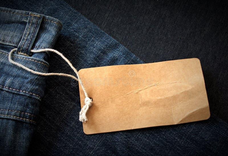 Escritura de la etiqueta de los pantalones vaqueros fotos de archivo