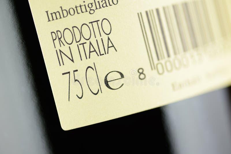 Escritura de la etiqueta de una botella de vino rojo italiano imagen de archivo libre de regalías