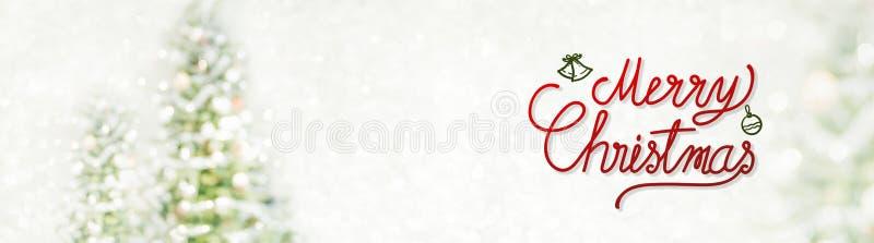 Escritura de la Feliz Navidad roja y de la Feliz Año Nuevo en el bokeh de la falta de definición imágenes de archivo libres de regalías