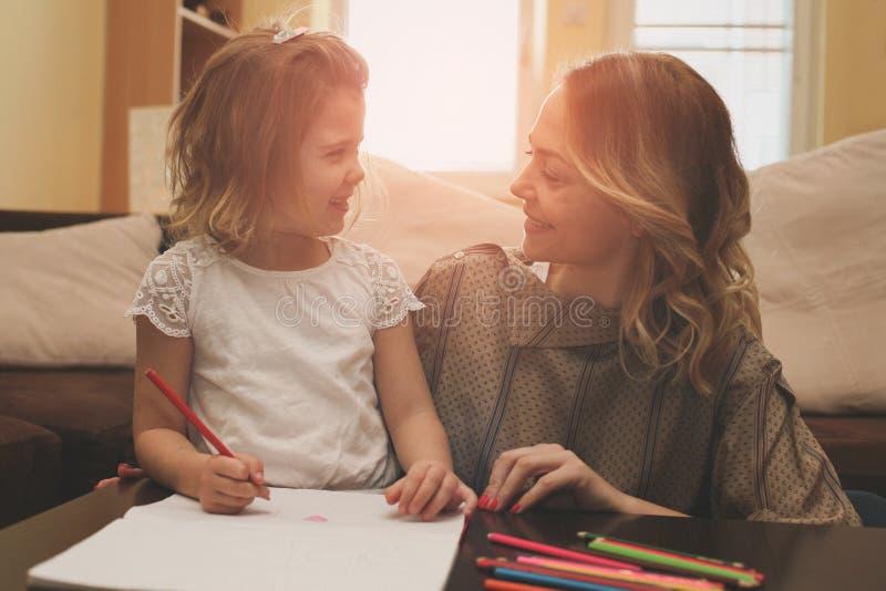 Escritura de la madre y de la hija fotografía de archivo