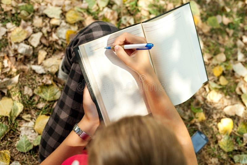 Escritura de la mano fotos de archivo