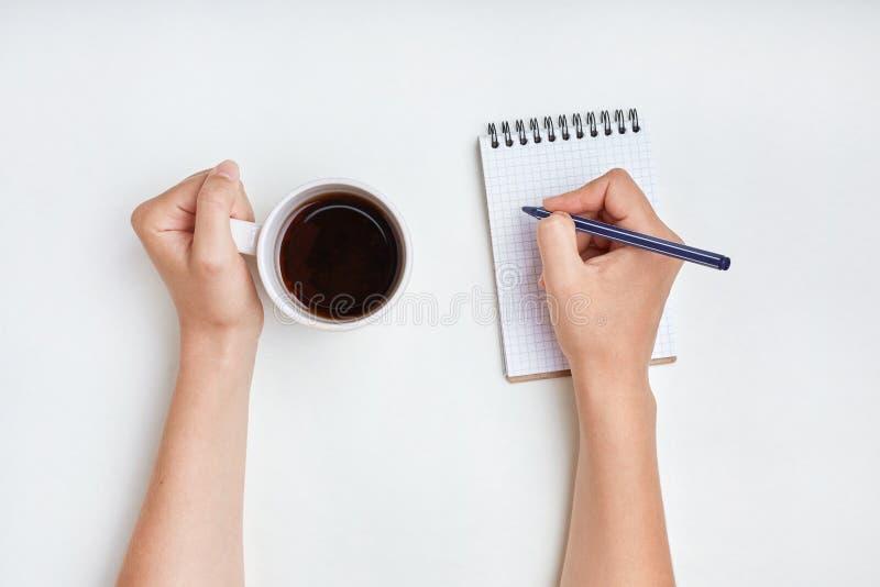 Escritura de la mano La mujer escribe en cuaderno con la pluma, disfruta del buen MOR foto de archivo libre de regalías