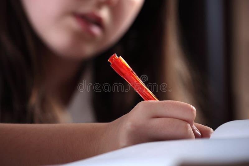 Escritura de la muchacha imagenes de archivo