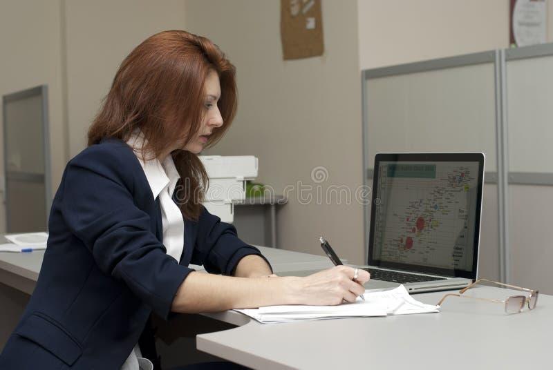 Escritura de la mujer de negocios imagenes de archivo
