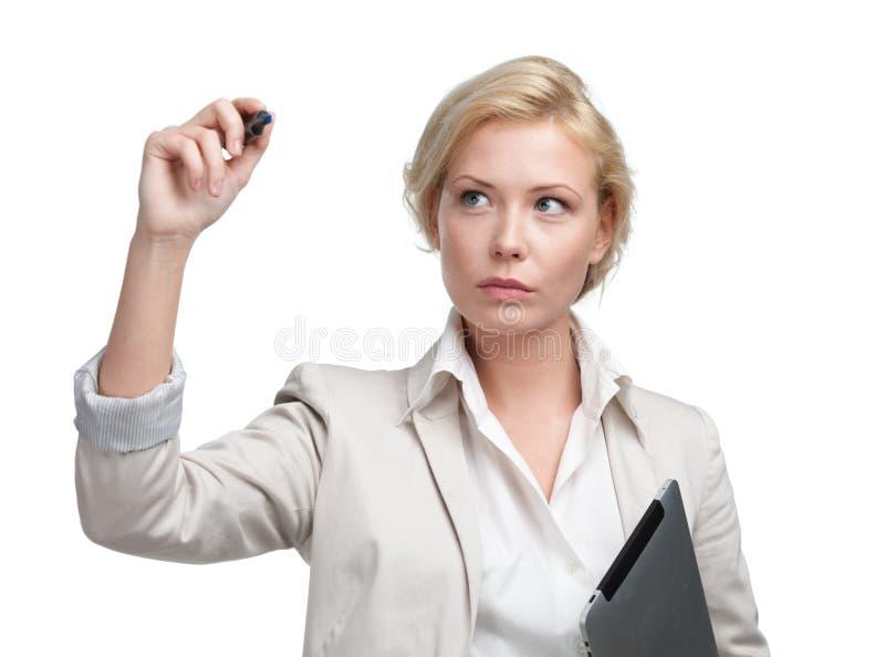 Escritura de la mujer de negocios con la tableta en la pantalla invisible imágenes de archivo libres de regalías