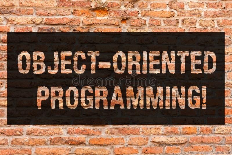 Escritura de la nota que muestra la programación orientada al objeto Objetos modelo de exhibición de la lengua de la foto del neg imágenes de archivo libres de regalías