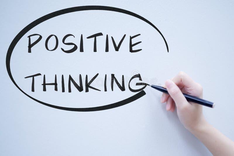 Escritura de pensamiento positiva del texto en whiteboard imagenes de archivo