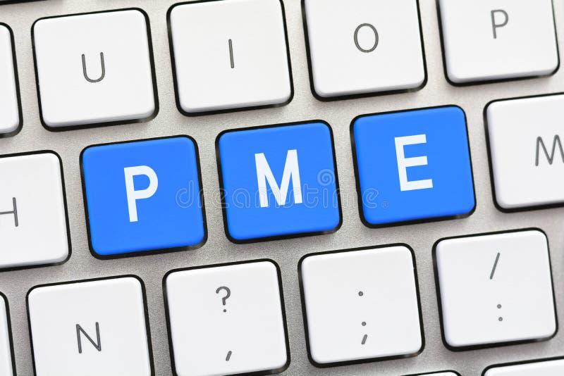 Escritura de PME en el teclado blanco imágenes de archivo libres de regalías