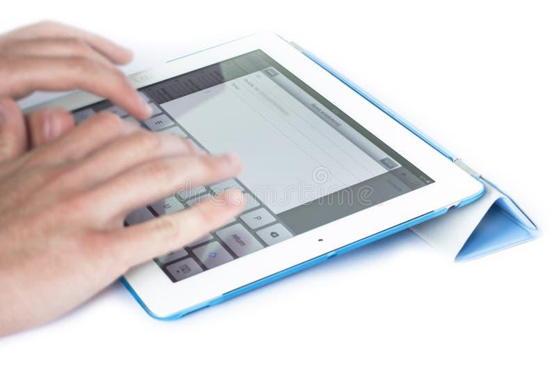 Escritura de un correo electrónico en iPad fotos de archivo libres de regalías