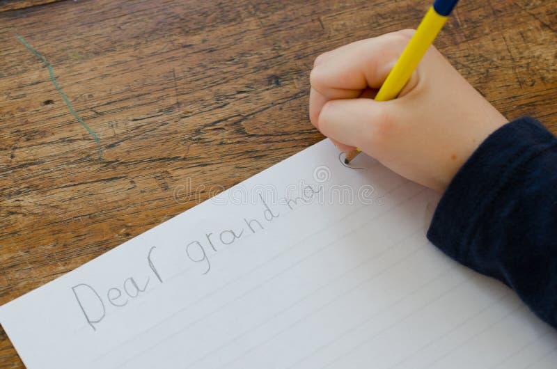 Escritura de una letra foto de archivo