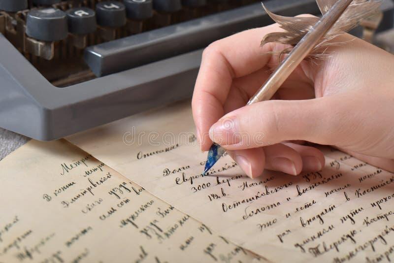 Escritura de una letra de amor con una pluma vieja del ganso fotografía de archivo