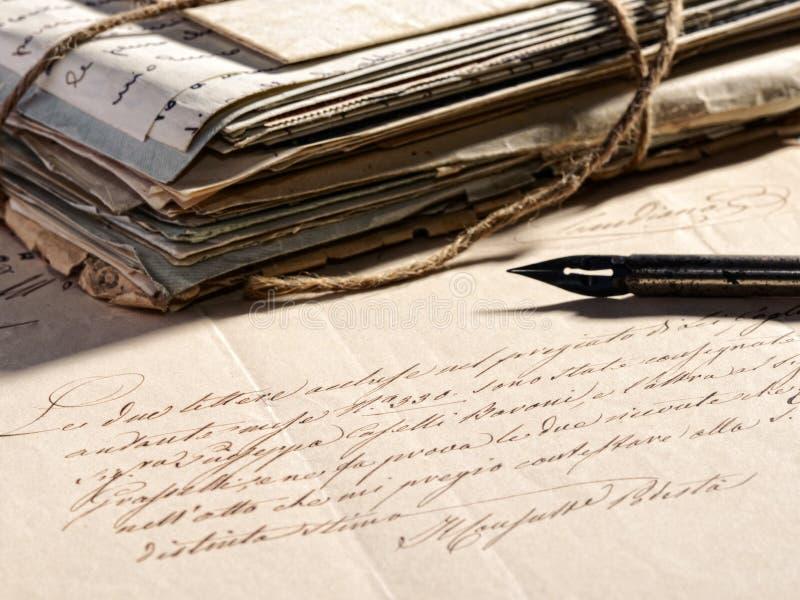 Escritura de una letra con una pluma retra imagen de archivo