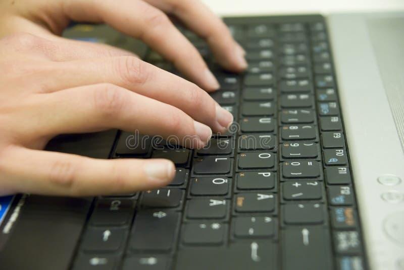 Escritura de una letra en una computadora portátil imagenes de archivo