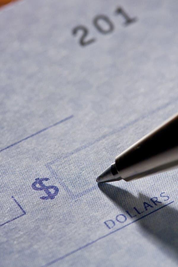 Escritura de una verificación fotografía de archivo libre de regalías
