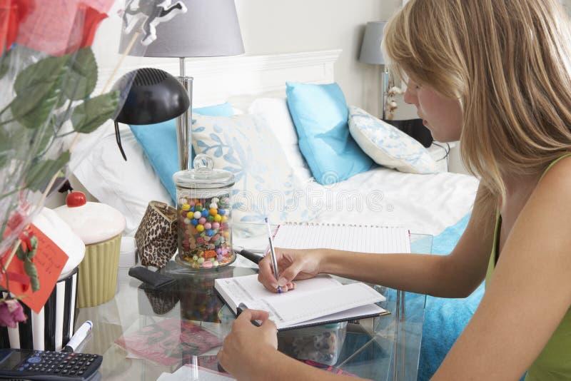 Escritura del adolescente en diario foto de archivo libre de regalías