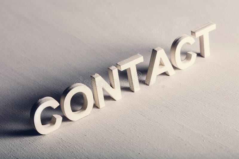 Escritura del CONTACTO hecha de letras ligeras imágenes de archivo libres de regalías