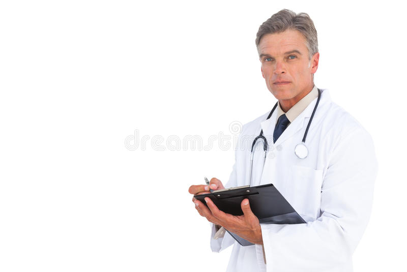 Escritura del doctor del hombre en el tablero con la pluma foto de archivo libre de regalías