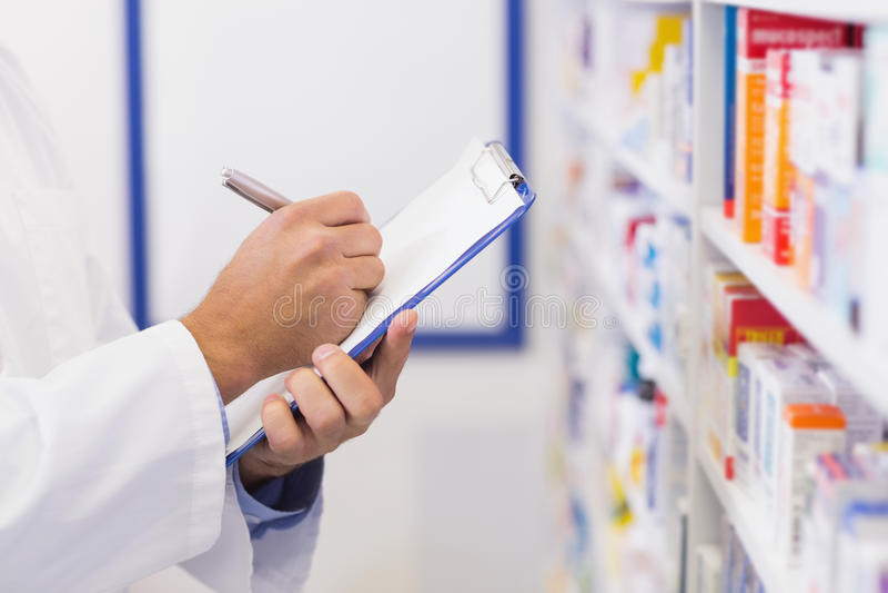 Escritura del farmacéutico en el tablero imagenes de archivo