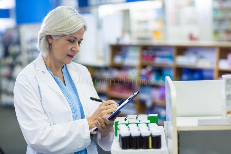 Escritura del farmacéutico en el tablero fotos de archivo