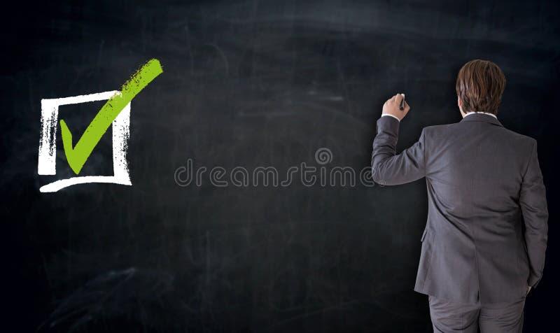 Escritura del hombre de negocios con concepto del checkbox en la pizarra libre illustration