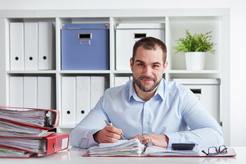 Escritura del hombre de negocios en su bloque foto de archivo