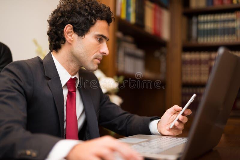 Escritura del hombre de negocios en su orden del día imagen de archivo libre de regalías