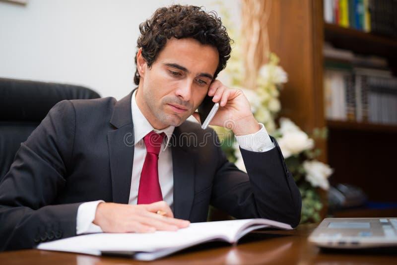 Escritura del hombre de negocios en su orden del día fotografía de archivo libre de regalías