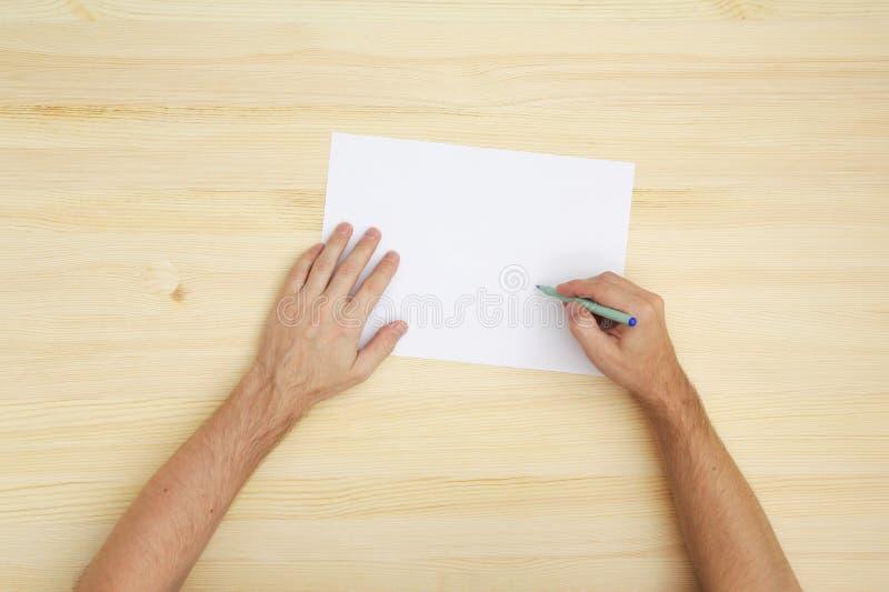 Escritura Del Hombre En El Papel Fotos de archivo