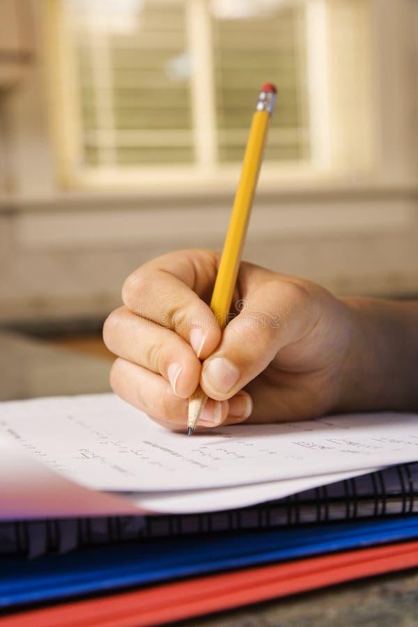 Escritura del niño en cuaderno imágenes de archivo libres de regalías