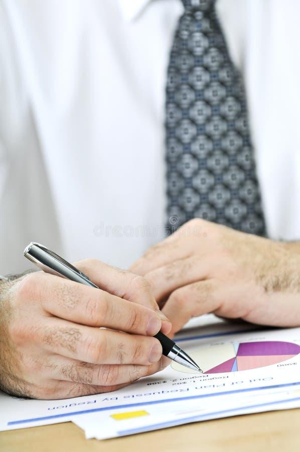 Escritura del oficinista en informes imagen de archivo
