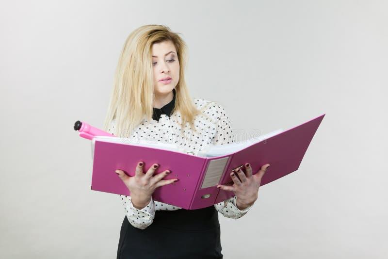 Escritura enfocada de la mujer de negocios algo abajo foto de archivo libre de regalías