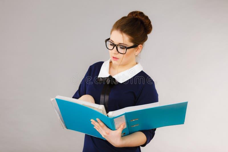 Escritura enfocada de la mujer de negocios algo abajo fotos de archivo