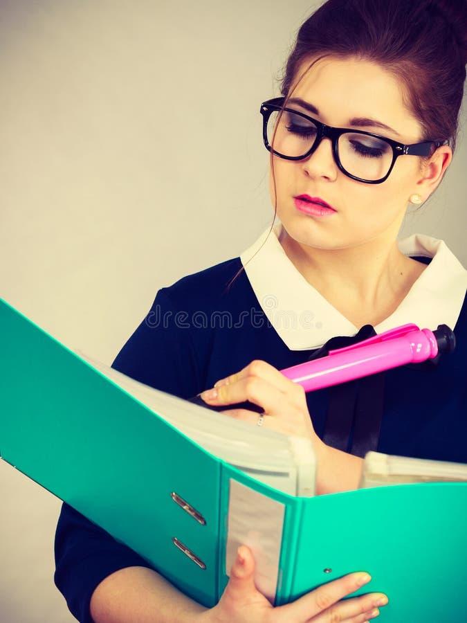 Escritura enfocada de la mujer de negocios algo abajo imagenes de archivo