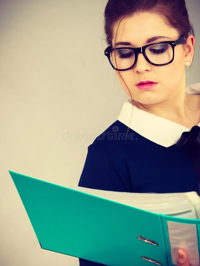 Escritura enfocada de la mujer de negocios algo abajo imagen de archivo libre de regalías