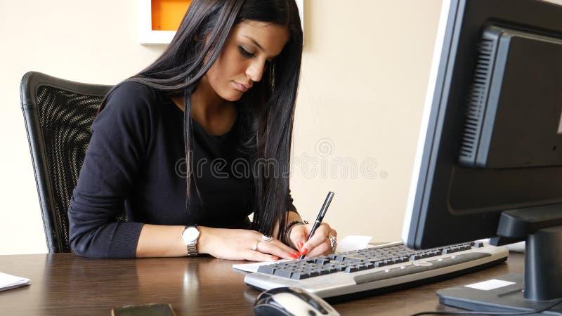 Escritura femenina del oficinista y control de firma fotografía de archivo