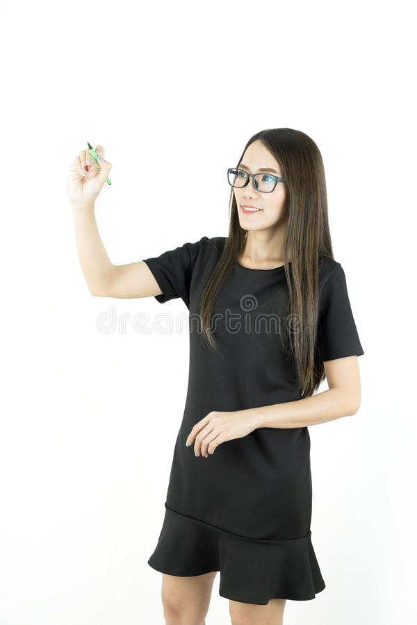 Escritura joven asiática o dibujo de la mujer de negocios con la pluma en espacio de la copia fotografía de archivo