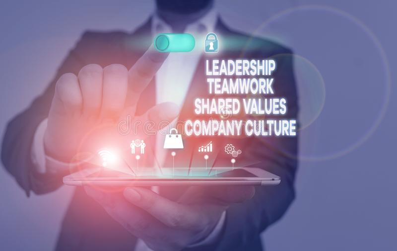Escritura a mano escritura de texto Leadership Teamwork Shared Values Company Culture. Concepto que significa éxito de grupo mach imágenes de archivo libres de regalías