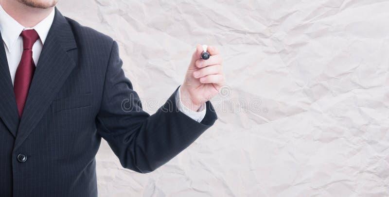 Escritura o dibujo del hombre de negocios en singboard en blanco imágenes de archivo libres de regalías